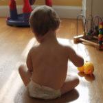 El 96% de las bacterias que entran en el hogar amenazan la salud de los hijos, según un estudio.
