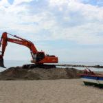 Estepona pone a punto las playas para el verano con aportes de arena y obras de mejora