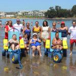 Estepona amplía el programa de baños asistidos en la playa para atender a más usuarios con movilidad reducida