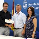 El Ayuntamiento entrega una subvención a la asociación 'Víctimas del Autismo y otras enfermedades'