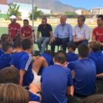 El alcalde y Vicente del Bosque visitan el Campus de Verano en Estepona