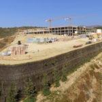 El Ayuntamiento crea en el entorno del Hospital de Estepona una zona verde con un muro vertical ecológico